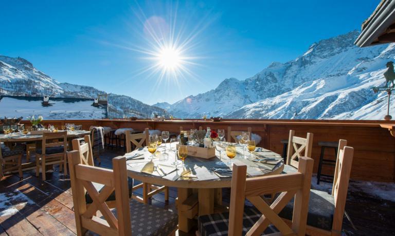 Durante il giorno la terrazza del ristorante Snowflake offre ricchipranzi euna vista splendida agli sciatori, che siano clienti o meno dell'hotel