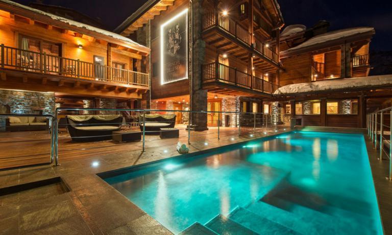 La bella piscina all'aperto