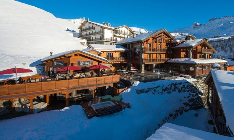L'hotel Principe delle Nevi -che si trova inStrada Giomein,Breuil-Cervinia, telefono+39.0166.940992 - è esattamente di fianco a una delle piste che portano proprio in paese. Una scelta perfetta per chi ama sciare fino all'ultimo minuto