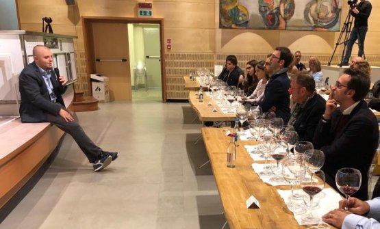 Vincenzo Donatiello, maitre e sommelier del ristorante Piazza Duomo, guida la degustazione di vini lucani in occasione dellaFiera del tartufo Bianco d'Alba