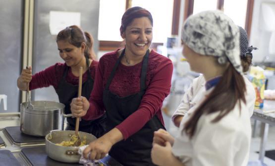 Due rifugiate indiane preparano il loro piatto per il Refugee Masterchef, concorso di cucina che si tiene all'Istituto Alberghiero Barbarigo di Venezia, in collaborazione con i centri di accoglienza della provincia di Padova e Venezia. Il progetto è firmato daHadi Noori e Hamed Mohamad Karim, ristoratori afgani, a Venezia da 10 anni (testoMarcello Pastonesi, foto UNHCR/MarcelloPastonesi)