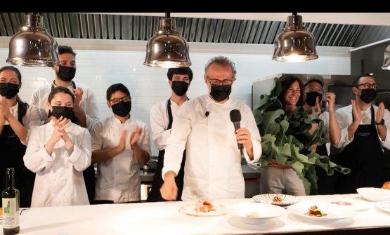 Massimo Bottura sfila coi suoi ragazzi in chiusura