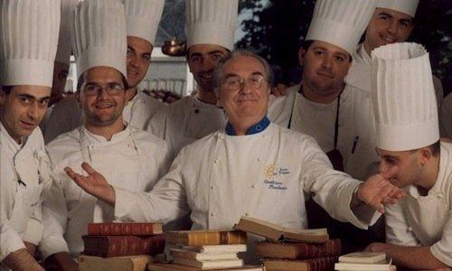 Una celebre foto diGualtiero Marchesi. In alto a destra si riconosceAndrea Berton, uno dei tanti allievi che hanno appreso i fondamenti della cucina dal Maestro