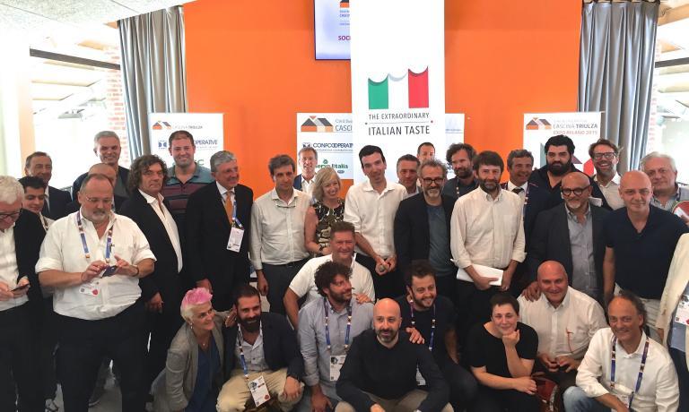 Foto di gruppo finale al termine dei lavori del secondo Forum della cucina italiana, il 28 luglio a Expo Milano 2015