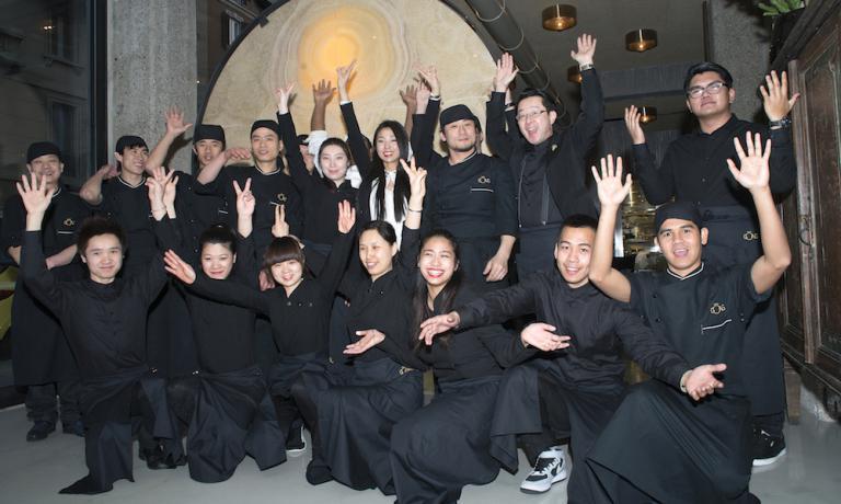 La brigata al completo del Gong - oriental attitude, aperto da poco in corso Concordia 8 a Milano, +39.02.76023873. In camicia bianca in piedi, la patronne del ristorante�Giulia Lu, sorella di Claudio (patron dell'Iyo) e Marco (del Ba - asian mood). Alla sua sinistra si riconoscono lo chef di Gong�Keisuke Koga e il maitre-sommelier�Mototsugu Hayashi, entrambi giapponesi (foto di�Marco Bignozzi)