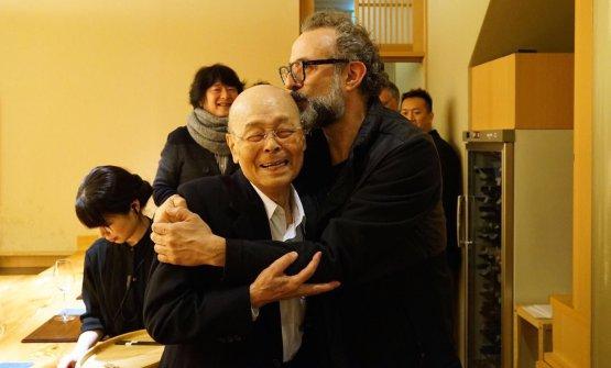 Jiro Ono, sushi master di Sukiyabashi Jiro a Tokyo (3 stelle Michelin) e Massimo Bottura, chef dell'Osteria Francescana di Modena (3 stelle) a Nobeoka, nel sud del Giappone, in occasione dell'International culinary conference organizzata da Matsushiro Yamamoto. Una trasferta trionfale per entrambi (foto Takefumi Hamada)