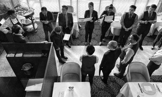 Briefing prima del servizio al ristorante Les Amis