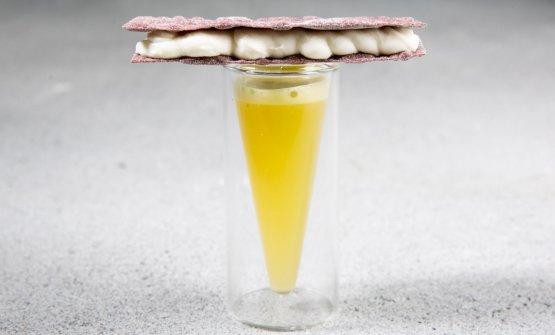 Centrifugato di sedano, lime e mela con wafer di riso Artemide al gorgonzola e mascarpone
