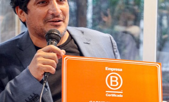 Mauro Colagreco with the Empresa B certificate, which acknowledges CARNE's triple positive impact: economic, social and environmental
