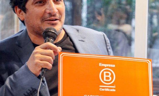 Mauro Colagreco con il certificato di Empresa B, che attribuisce a CARNE il riconoscimento di azienda dal triplice impatto positivo:economico, sociale, ambientale