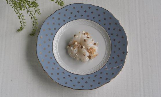 Morone marinato, sale, nocciole e bergamotto.Le foto dei piatti sono diGiacomo Bretzel