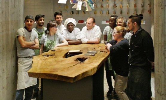 Lo staff diFiore – cucina in libertàin via Belfiore, Lecco, unprogetto ricavato in un ex edificio confiscato alla malavita negli anni Novanta (foto fiorecucina.org)