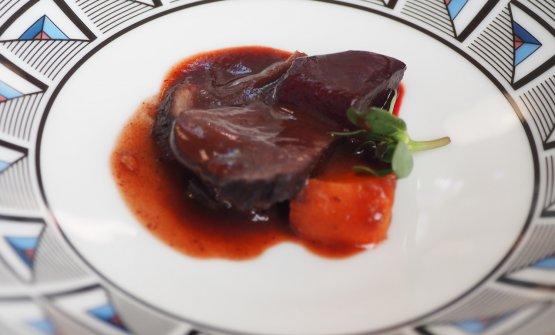 Lepre: lepre in salsa saor (vino vecchio, uvetta, pinoli, melograno, sangue) con barbabietola alla brace, pesca marinata e portulaca