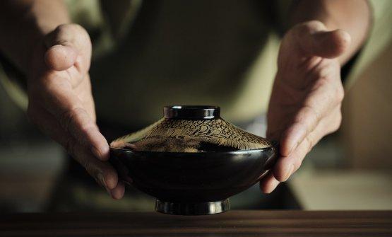 Molti oggetti della mise-en-place sono figli di lunghe ricerche in Giappone