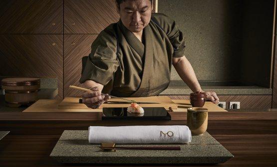 Nello stesso indirizzo di piazza Alvar Aalto continua anche il sushi banco in stile edomae da 6/8 posti. Da lunedì scorso si chiamaIyo Omakase, per distinguerlo ancora di più dalla linea di Aalto Part of Iyo, il ristorante gastronomico. Nella foto, il sushi master Masashi Susuki