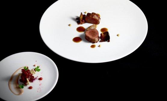 Uno dei nuovi piatti del menu degustazione de La Cru, rilettura di un piatto già proposto nei mesi precedenti.Al piatto: Controfiletto di daino, crema di cipolla, cicorietto, senape e salsa di sedano rapa grigliato. Nella boule: Spalla di daino brasata, royale d'uovo, topinambur fritto e riduzione di Amarone