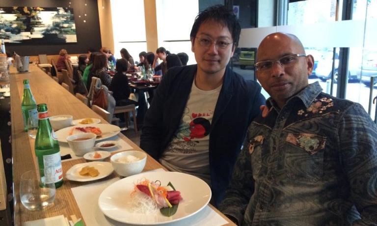Tokuyoshi con Wicky Priyan, che gli ha ceduto il locale in via San Calocero 3 (il cingalese si trasferisce in corso Italia)