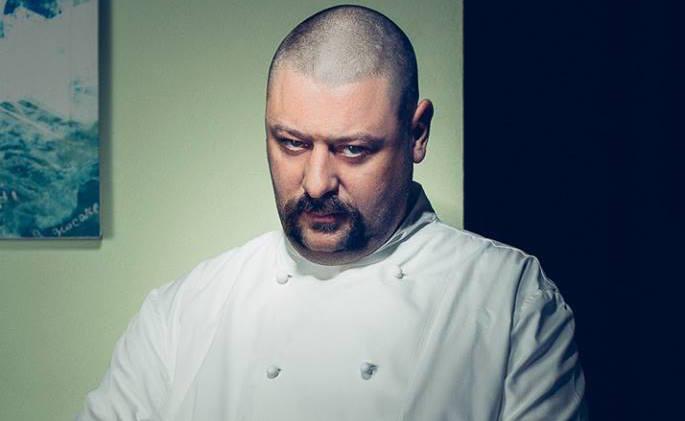 Matteo Fronduti, oltre che ottimo cuoco - e prossimo concorrente di TopChef Italia, in onda da metà settembre su Nove - è penna arguta, che si diverte a ironizzare sulle (tante) assurdità che costellano il suo lavoro a contatto coi clienti. Ne abbiamo ricavato un piccolo florilegio