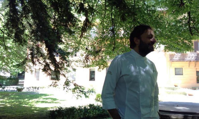 Ugo Alciati all'ombra del suo ristorante Guido, nella Tenuta di Fontanafredda a�Serralunga d'Alba (Cuneo), telefono�+39.0173.626162. Sua anche la supervisione di Disguido, nella stessa tenuta, ristorazione semplice con grandissimi prodotti di base (foto Elisa Pella)