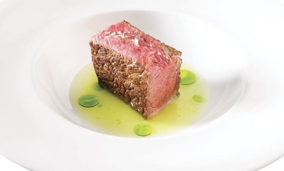 Rib steak in broth from Riccardo Camanini: this is new the emblem dish of Identità Golose 2020, replacing the one initially meant for March, Corrado Assenza's Cassata alla siciliana. The photo is from Brambilla-Serrani