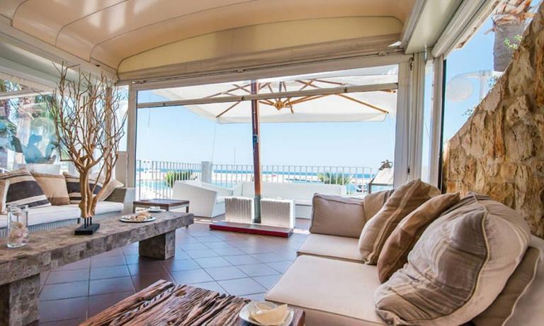 L'elegante veranda affacciata sul mare