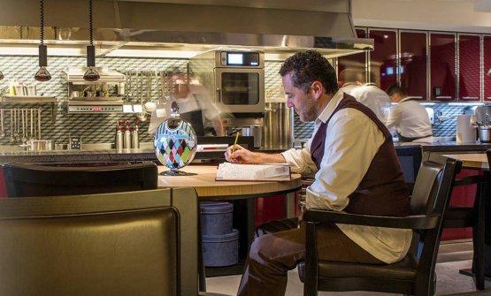 Giancarlo Perbellini al tavolo del suo Casa Perbel