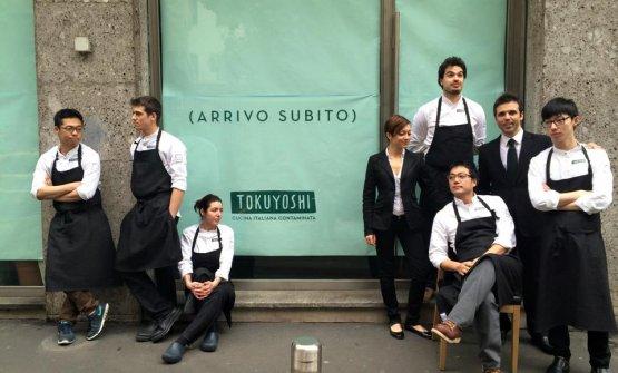 Un'immagine del ristorante Tokuyoshi poco prima dell'apertura, nel febbraio 2015. Lo chef Yoji Tokuyoshiè seduto, mentre il ragazzo in piedi, il primo a destra, èChang Liu, del quale parliamo in questo articolo. A suo fianco, Alfonso Bonvini