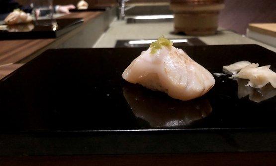 Capesanta scottata sul carbone, succo di sudachi, sale Maldon, yuzu kosho (peperoncino e yuzu)