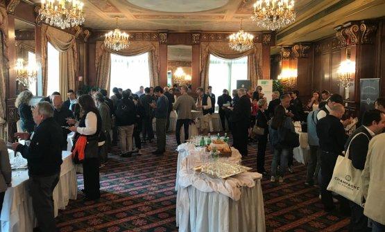 Il pubblico che ha partecipato alla presentazione di 13 produttori del marchioChampagne de vigneron, presso l'Hotel Principe di Savoia di Milano