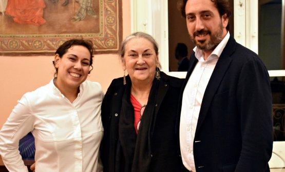 Clara Rametta, ieri direttrice del Signum, oggi sindaco di Malfa, coi suoi due ragazzi (carusi, in siciliano) Martina e Luca durante una delle serate per la raccolta fondi per la costruzione del cinema