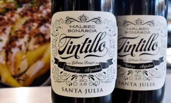 """Il Tintillo - """"da bere freddo"""" -di Santa Julia, cantina storica della famiglia Zuccardi. Prodotto mediante macerazione carbonica, dove la fermentazione viene avviata a partire da grappoli interi, non diraspati, per ottenere un vino particolarmente fruttato e fresco, con un'eccellente acidità (89 punti di Parker per la vendemmia 2016)"""