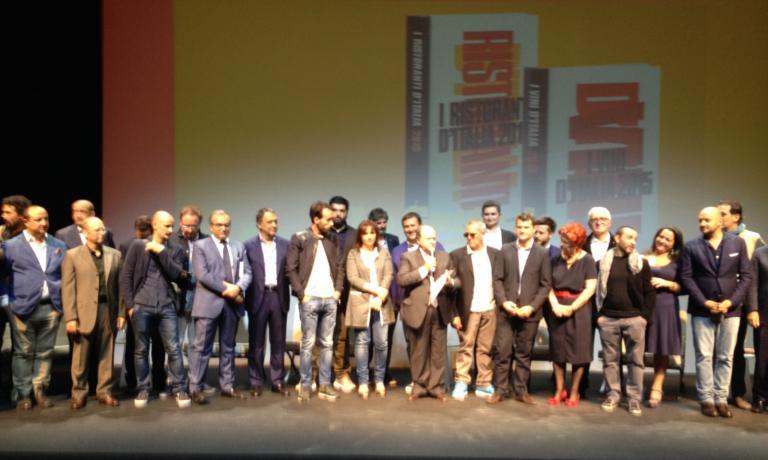 Foto di gruppo per i big della guida I Ristoranti d'Italia 2015 de l'Espresso. A centro il direttore Enzo Vizzari