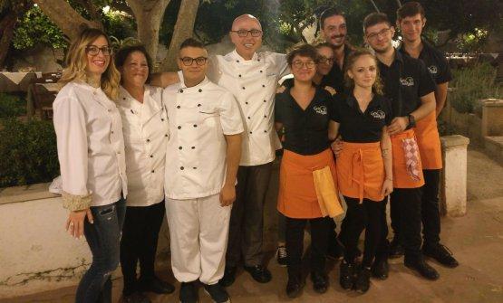Lo staff dellaCorte degli ArancidiTaviano (Lecce), telefono+39.0833.1861866, Al centro, lo chefFrancesco Martina