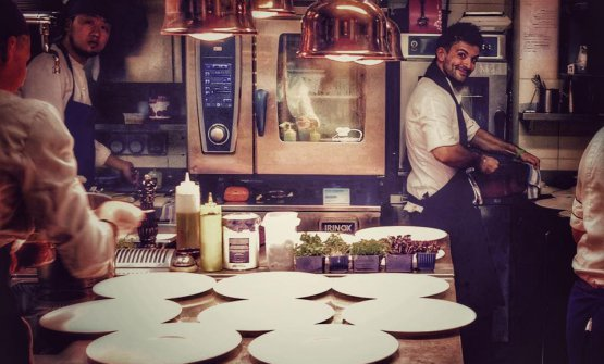 Alberto Sparacino al lavoro. Classe 1984, è chef del Cum Quibus di San Gimignano, in Toscana