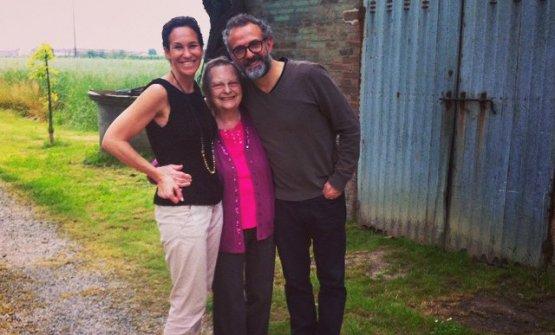 Lidia Cristoni con Lara Gilmore e Massimo Bottura