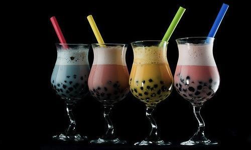 Quattro esempi di Bubble tea, in cinese abbreviato in Boba: tè freddo oolong shakerato con ghiaccio, latte, zucchero e una generosa manciata di perle di tapioca (le bollicine). La ricetta, vero street drink, cioè bevanda da strada, è nata a Taiwan in Cina all'inizio degli Ottanta e sta dilagando nel mondo