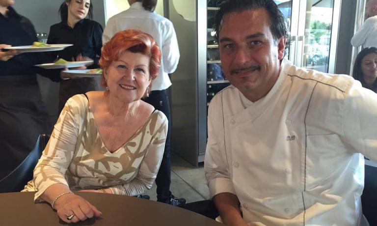 In uno scatto di poco fa, Annie F�olde e Italo Bassi, rispettivamente executive chef e primo chef (assieme a�Riccardo Monco) del ristorante Enoteca Pinchiorri di Firenze, una gloria nazionale e non solo per le 3 stelle Michelin ottenute negli anni 1993-94 e poi dal 2004 a oggi. Il menu, tutto giocato sulle logiche anti-spreco, ha un�costo di 75 euro per 4 portate vini compresi (prenotazioni expo@magentabureau.it e +39.02.62012701)