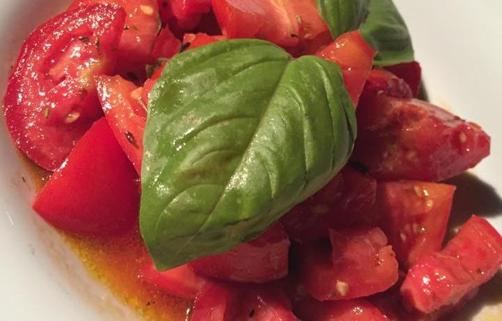 La maestosa insalata di pomodori dell'orto servita da Dattilo