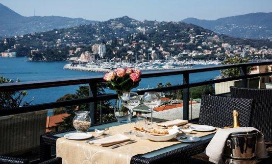 La terrazza panoramica del ristoranteLe Cupole del Grand Hotel Bristol, sulla via Aurelia aRapallo (Genova), telefono +39.0185.273313 (foto grandhotelbristol.it)
