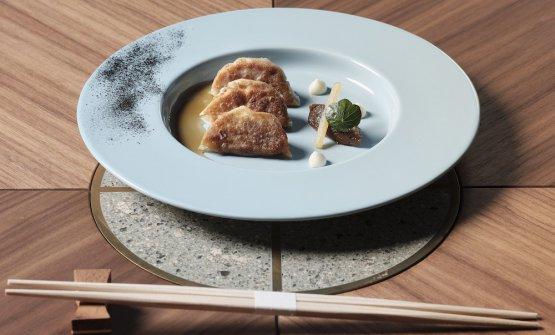 Gyoza diguancia di vitellocon lemongrass, zenzero emousse di parmigiano. Accanto, una quenelle di cipolla