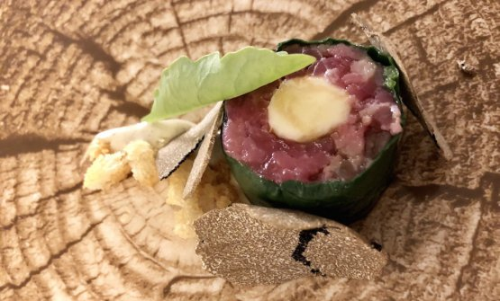 Sushi toscano: battuta, pane fritto, tartufo, pecorino, erbe amare. Altro piatto di lungo corso di Mancino