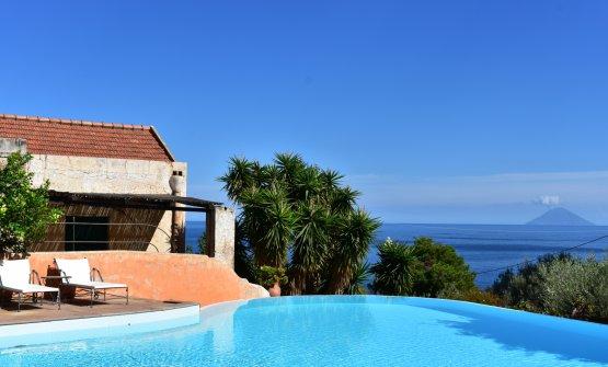 La piscina del Signum con vista su Stromboli e Lipari