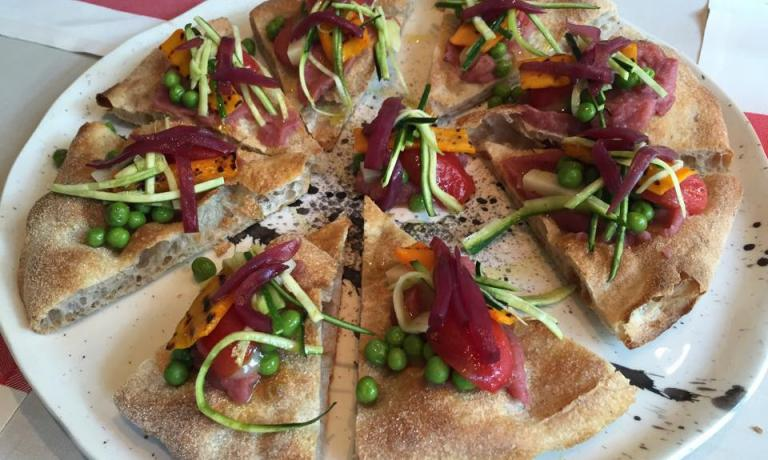 La pizza Verdure (pomodoro, fior di latte e verdure miste di stagione), in carta ora a San Bonifacio, via Camporosolo 11, telefono +39.045.6102606(foto Zanatta)