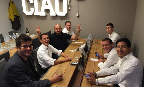 STAFF MEAL. Il pranzo del team prima del servizio (ore 12). Da sinistra in senso orario, Enrico Vignoli, Luca Garelli, Giuseppe Palmieri, Denis Bretta,Pier Pullega, Andrea Garelli e Fabio Galletta