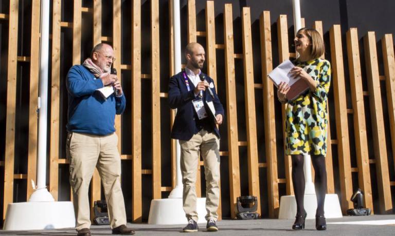 Jgor Tessari tra Paolo Marchi e Lisa Casali sul palco dove è stato premiato come miglior maître del 2016 secondo la Guida di Identità Golose. Con questo suo articolo anche Tessari esprime la sua opinione e la sua visionenell'ampio dibattito aperto da Identità sulla Sala