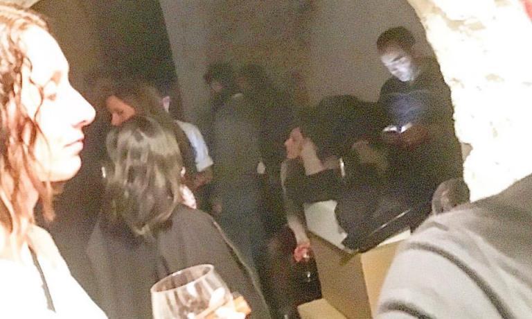 La foto che Mauricio Zillo ha postato sulla propria pagina facebook venerdì 13 novembre, con i clientirifugiati nella cantina del suo ristorante