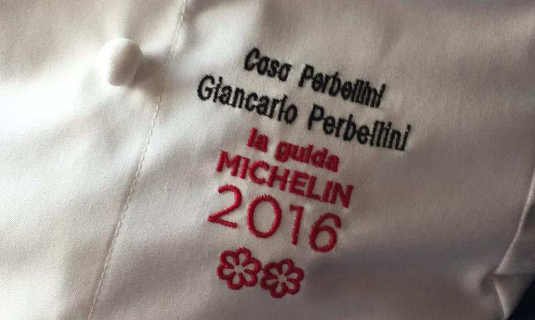 A ottobre 2014 si era lasciato due stelle alle spalle: quelle ricevute nel 1996 e nel 2001 a Isola Rizza, con il Ristorante Perbellini. A dicembre 2015 eccone altre due pronte per la sua giacca grazie al nuovo Casa Perbellini (tel. +39.045.8780860), aperto esattamente un anno fa: Giancarlo Perbellini è uno dei grandi protagonisti della nuova Guida Michelin Italia 2016