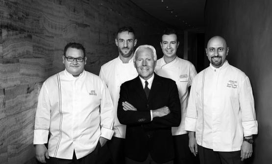 Filippo Gozzoli, primo da destra, con Giorgio Armani e altri tre chef degli Armani Ristorante in giro per il mondo: da sinistraAlessandro Salvatico (Dubai), Fabio Bano (New York) e Francesco Mazzi (Tokyo)