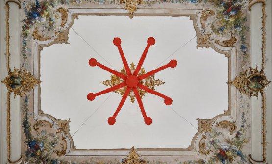 Un particolare del soffitto della sala