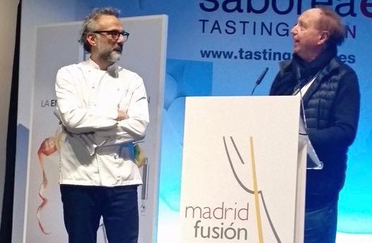 Massimo Bottura poche ore fa sul palco di Madrid FusiónconJosé Carlos Capel: il modenese è stato premiato come Miglior cuoco dell'anno in Europa, per il suo progetto del Refettorio Ambrosiano(foto Tania Mauri)